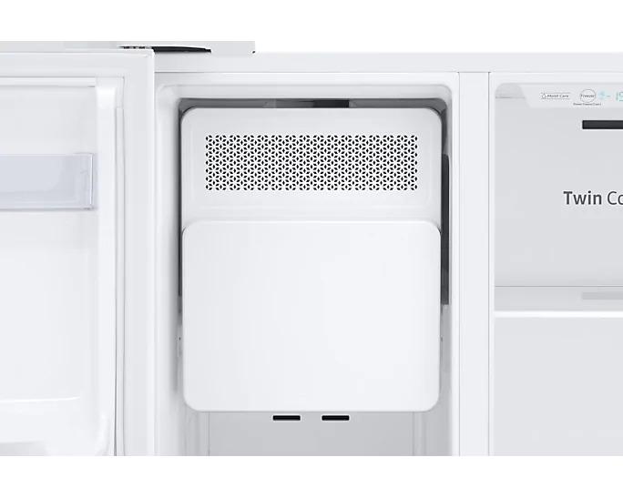 Americká chladnička Samsung RS67N8211WW EF – detail výrobníka ľadu v mraziacom priestore.