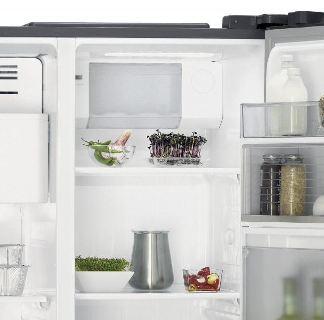 Americká chladnička AEG RMB66111NX – chladiaci priestor na plechovky